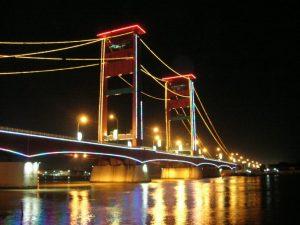 Ampera híd a Musi folyón átívelve.
