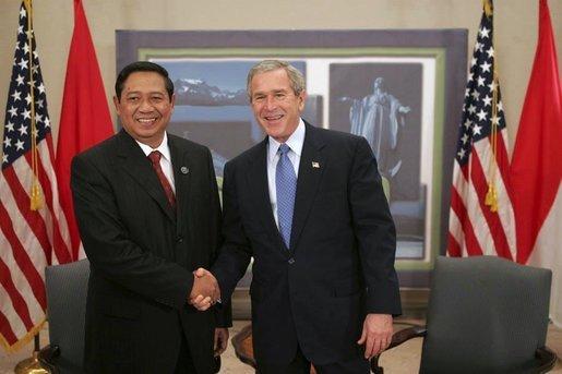 Yudhoyono George W. Bushal az APEC 2004-es csúcstalálkozóján.