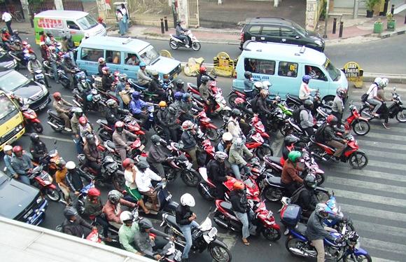 Motorkerékpárok sokasága az indonéz városokban gyakori látvány.