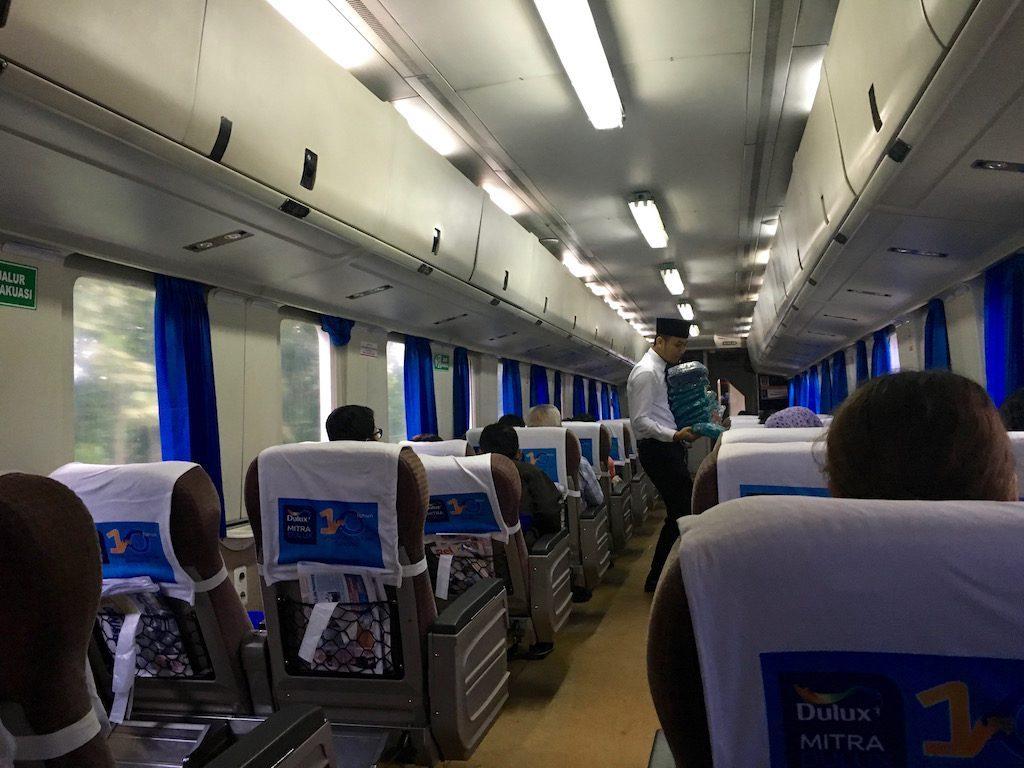Kellemes utastér fogad minket az indonéz vasúti kocsik utasterében.