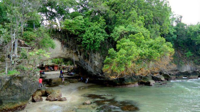 Karang Bolong - Lyukas szikla