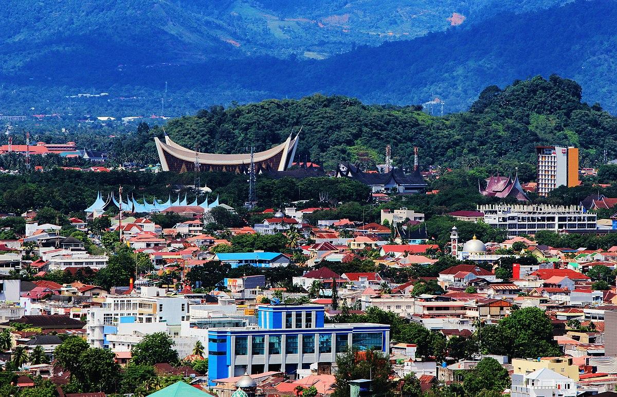 Padang városa madártávlatból, háttérben a Nyugat-Szumátra Nagy mecsete