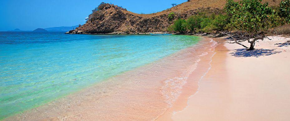 A Pink Beach rózsaszín tengerpartja a sziget dél-keleti részén található.