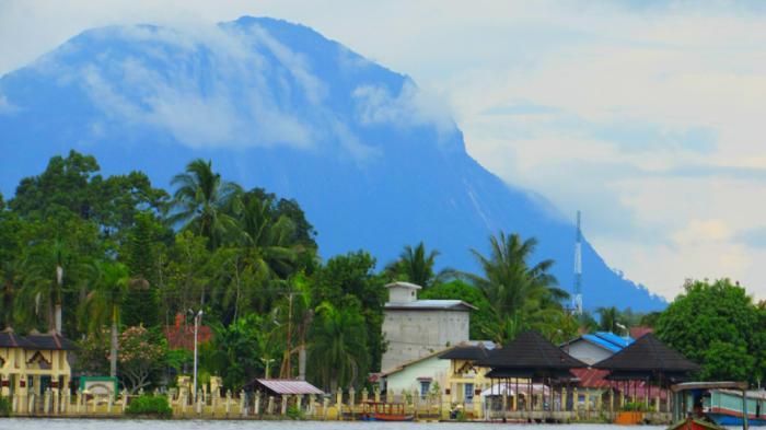 Sintang városa, háttérben a Bukit Kelam hegy