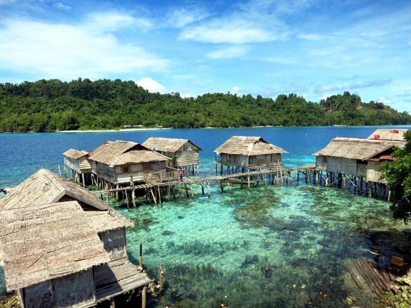 Togean-szigeteknél cölöpökre épült hagyományos kunyhók láthatók.